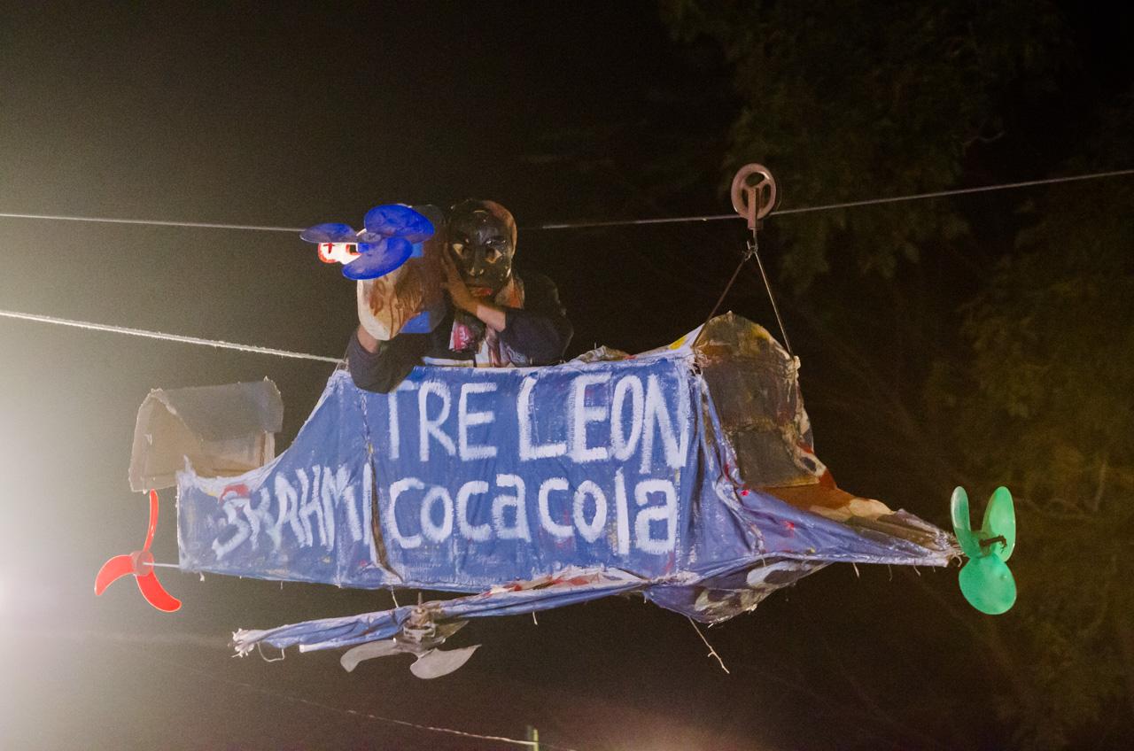 Una parodia de la cobertura del Dakar desde los helicópteros, interpretada por un componente de los Kamba en Itaguazú, durante la fiesta Kamba Ra'angá en el mes de junio. Representa el recorrido de los helicópteros de la primera etapa del Dakar 2017 que se llevó a cabo en Paraguay, precisamente en Altos del Dpto. de Cordillera. (Elton Núñez).