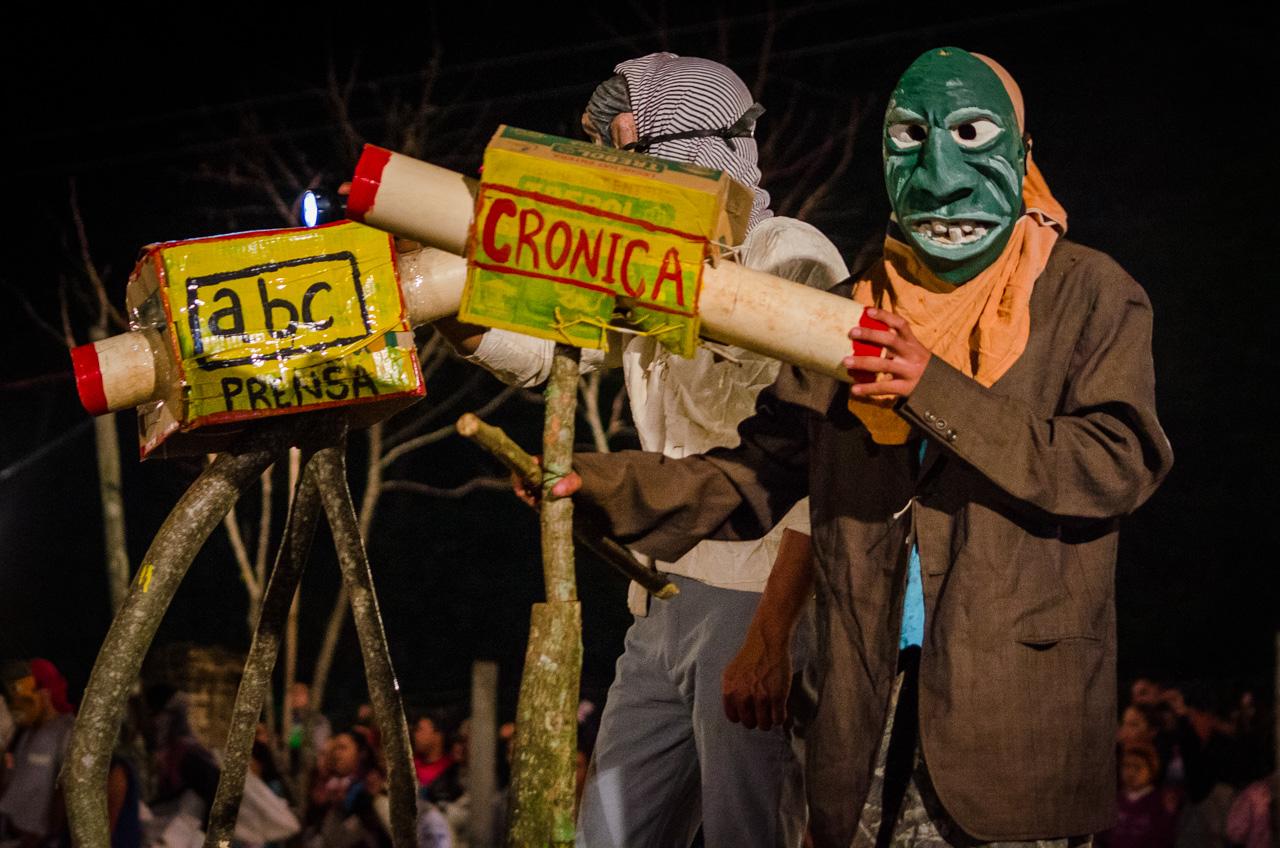Los Kamba interpretan una parodia de la cobertura televisiva del conflicto en Asunción de la noche en que se incendió el edificio del Congreso Nacional, durante las fiestas de Kamba Ra'anga en junio pasado. (Elton Núñez).