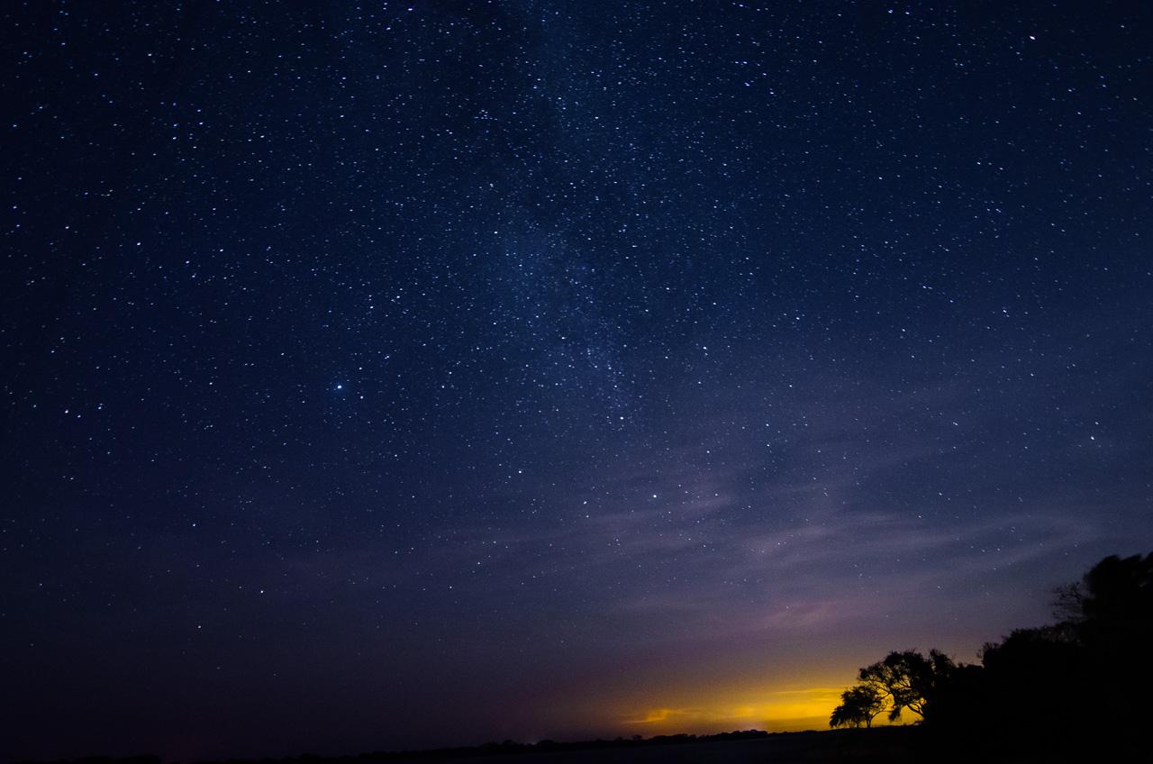 Noche estrellada a orillas del Río Paraguay, a la altura de la localidad conocida como Zanjita, en el departamento de Ñeembucú. Hoy en día ya es accesible a este lugar gracias a la nueva ruta completamente asfaltada desde Villeta. (Elton Núñez).