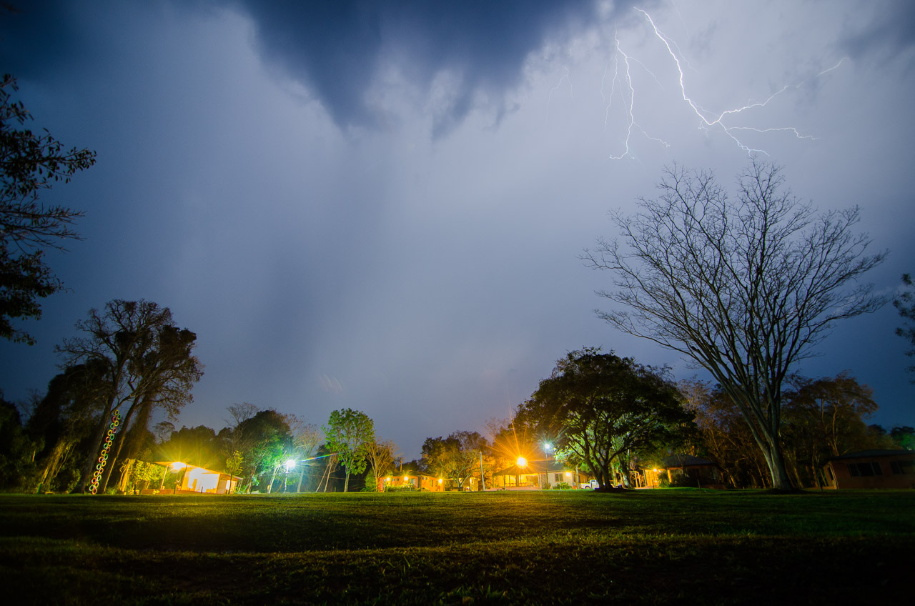 Una tormenta se acerca desde el sur hacia el complejo hotelero de la Reserva Natural del Bosque Mbaracayú el pasado 12 de agosto. (Elton Núñez).