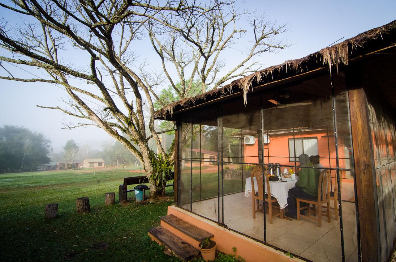 El hotel dentro de la Reserva Natural del Bosque Mbaracayú posee dependencias cómodas para los visitantes, incluso un comedor al aire libre que permite al visitante disfrutar de la naturaleza mientras aprovecha el desayuno. (Elton Núñez).