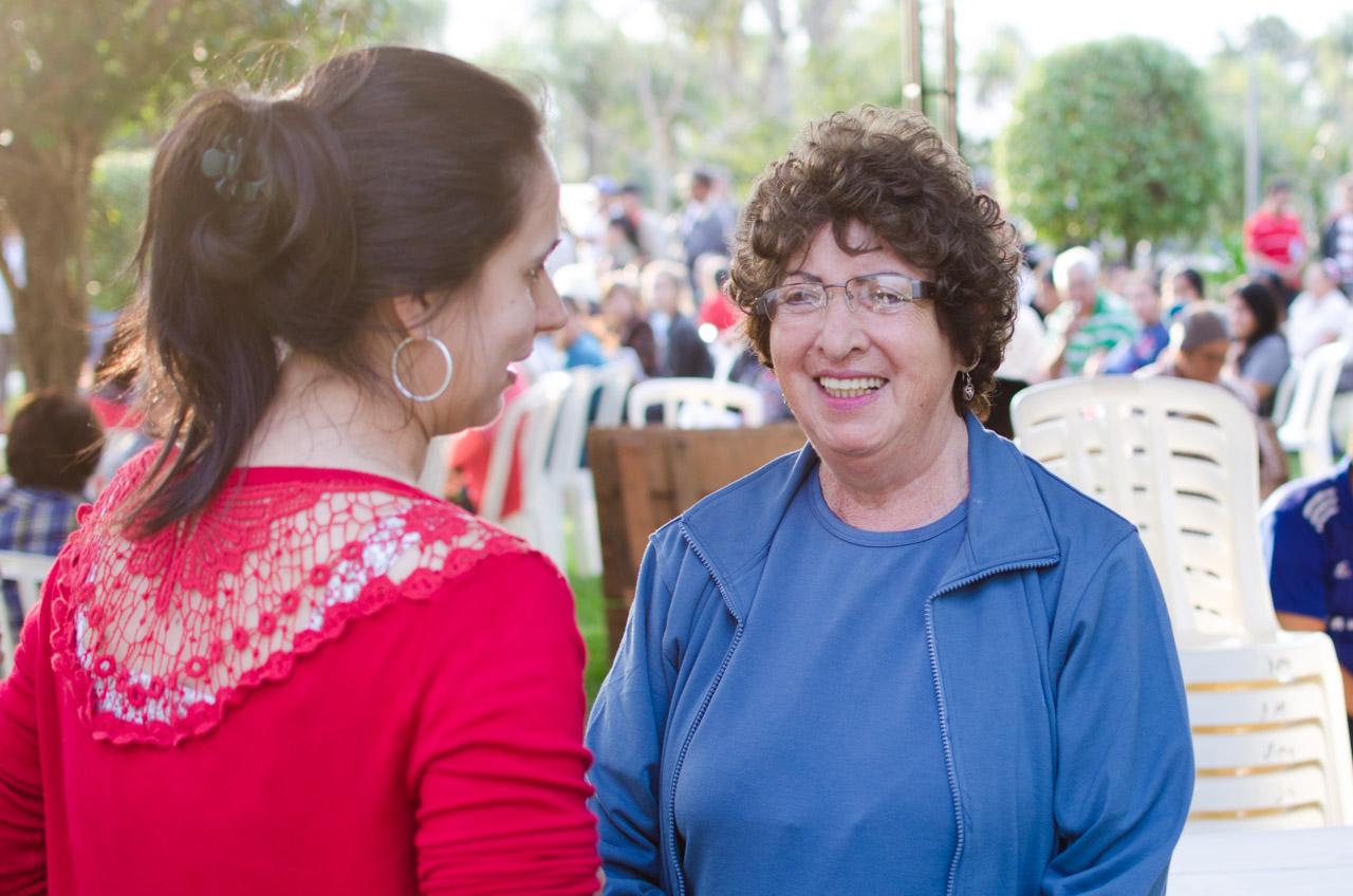 La señora Celmira Clyde de 75 años de edad, fundadora de la Clínica Clyde, conversa con su sobrina Raquel sobre los asuntos de alimentación de las personas para lo largo de toda la semana. (Elton Núñez)