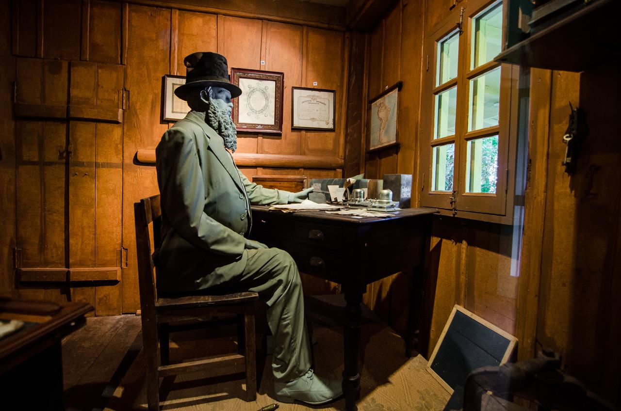 En el Museo Moisés Bertoni, se exhibe una figura del científico naturalista en su escritorio, recordando las épocas en que realizaba sus estudios y anotaciones en su oficina iluminada por la luz natural de las ventanas. (Elton Núñez).