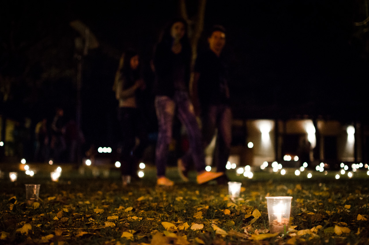 En la ciudad de San Juan Bautista, los jóvenes adornaron las calles y plazas con velas para celebrar la misa de San Juan y la procesión para venerar al santo patrono en su día 24 de Junio. (Elton Núñez).