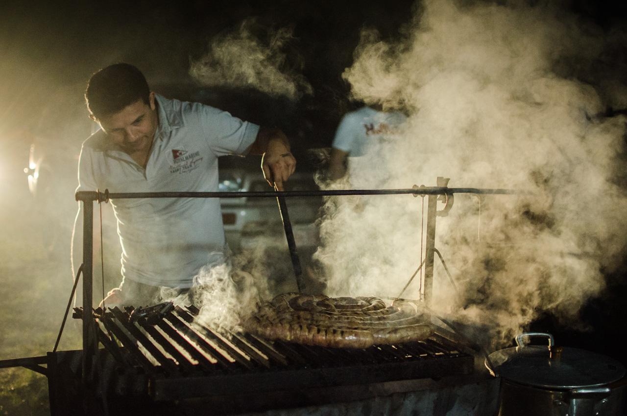 Un comerciante de San Juan Bautista vende el famoso chorizo sanjuanino en una fiesta folclórica de San Juan, un delicioso plato de embutido casero cocinado a la parrilla. En el día de San Juan es el plato preferido por los turistas. (Elton Núñez).