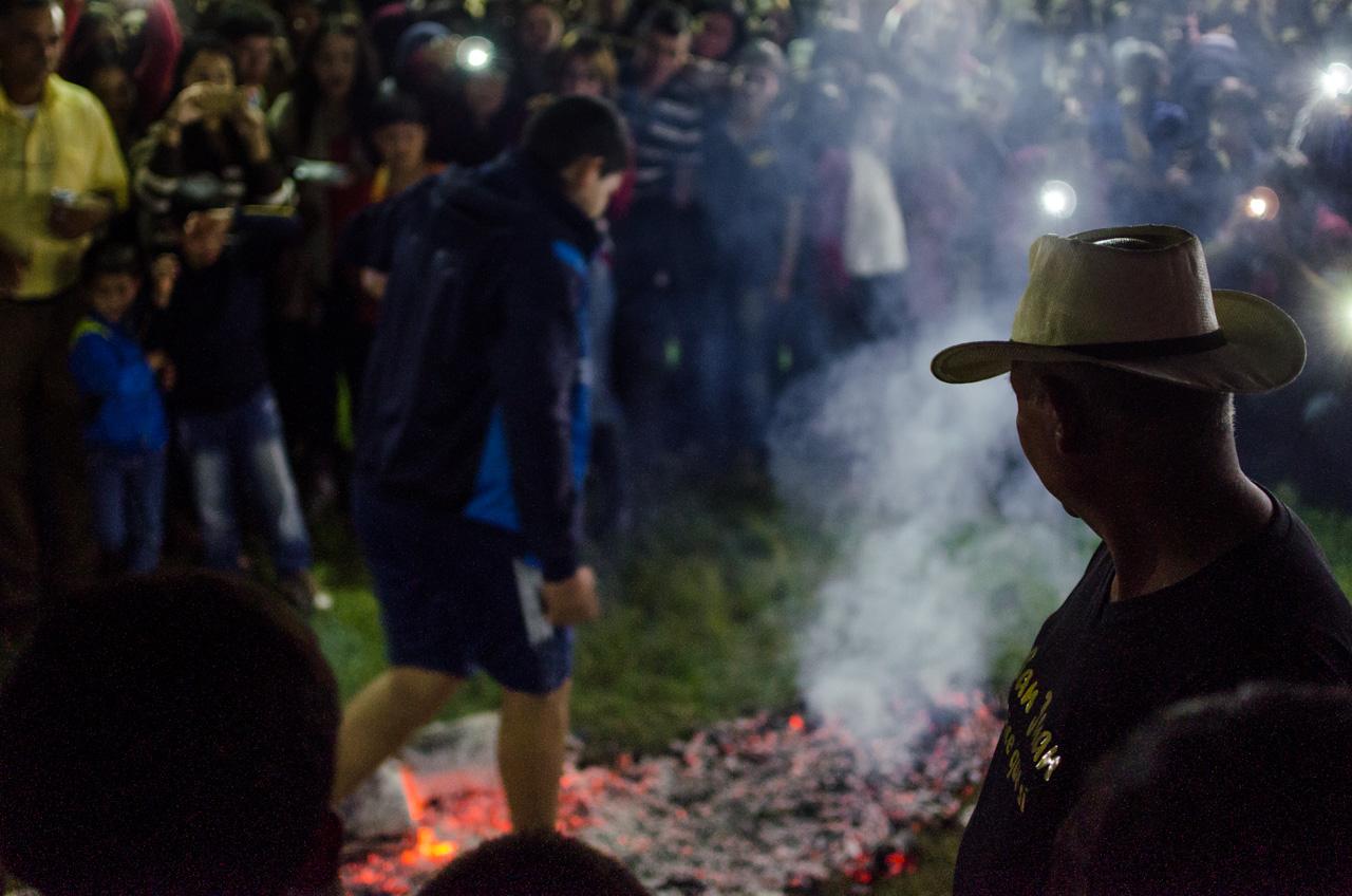 """El público observa a un valiente joven que atraviesa las brasas en el juego tradicional conocido como """"tatapyi ari jehasa"""" en la fiesta de San Juan de la ciudad de San Juan Bautista, el pasado 24 de Junio. (Elton Núñez)."""