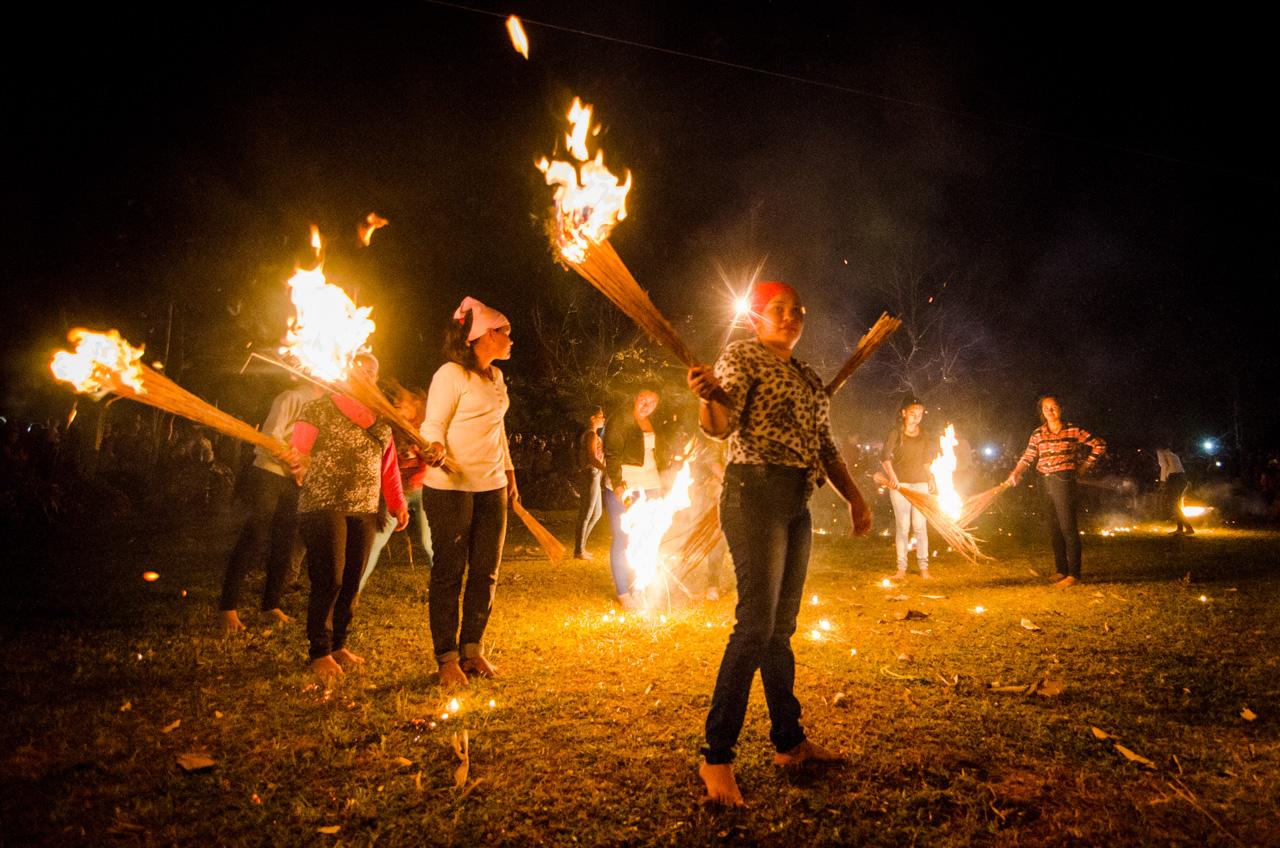 """Mujeres jóvenes habitantes del distrito de Altos se preparan para jugar """"Guaicurú ñemonde"""" el pasado 28 de junio en la localidad de Itaguazú, durante las fiestas de Kamba Ra'angá en honor a los santos patronos San Pedro y San Pablo. (Elton Núñez)."""
