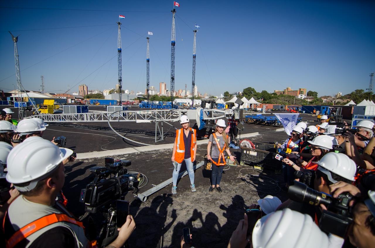 La Jefa de Compañía, Amelie Lavoie, dá una conferencia de prensa durante las instalaciones de las carpas del Cirque Du Soleil, por primera vez en Paraguay, para ofrecer espectáculos de circo durante casi 20 días, en el puerto de Asunción. (Elton Núñez).