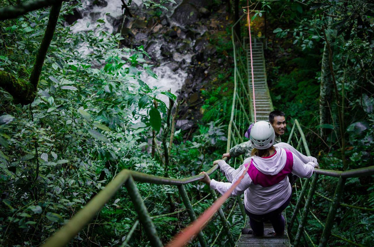 Una de las actividades turísticas de la Reserva Natural del Bosque Mbaracayú consiste en decender por una larga escalera hasta la base del Salto Karapá, la reserva cuenta con la infraestructura y equipos de seguridad para que los visitantes puedan disfrutar de las atracciones sin pormenores. (Elton Núñez).