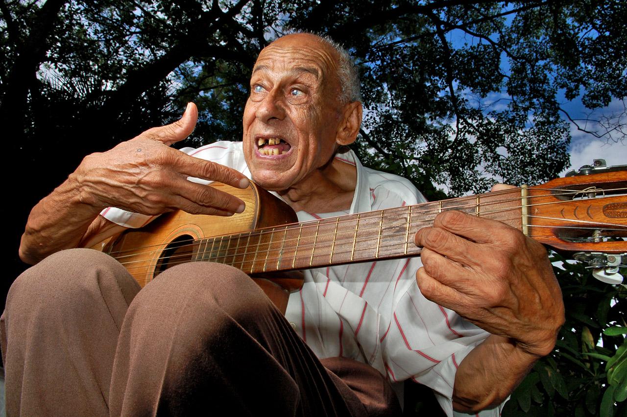 Don Ruíz Díaz, ejecutando la guitarra en el Jardín Botánico, año 2006.
