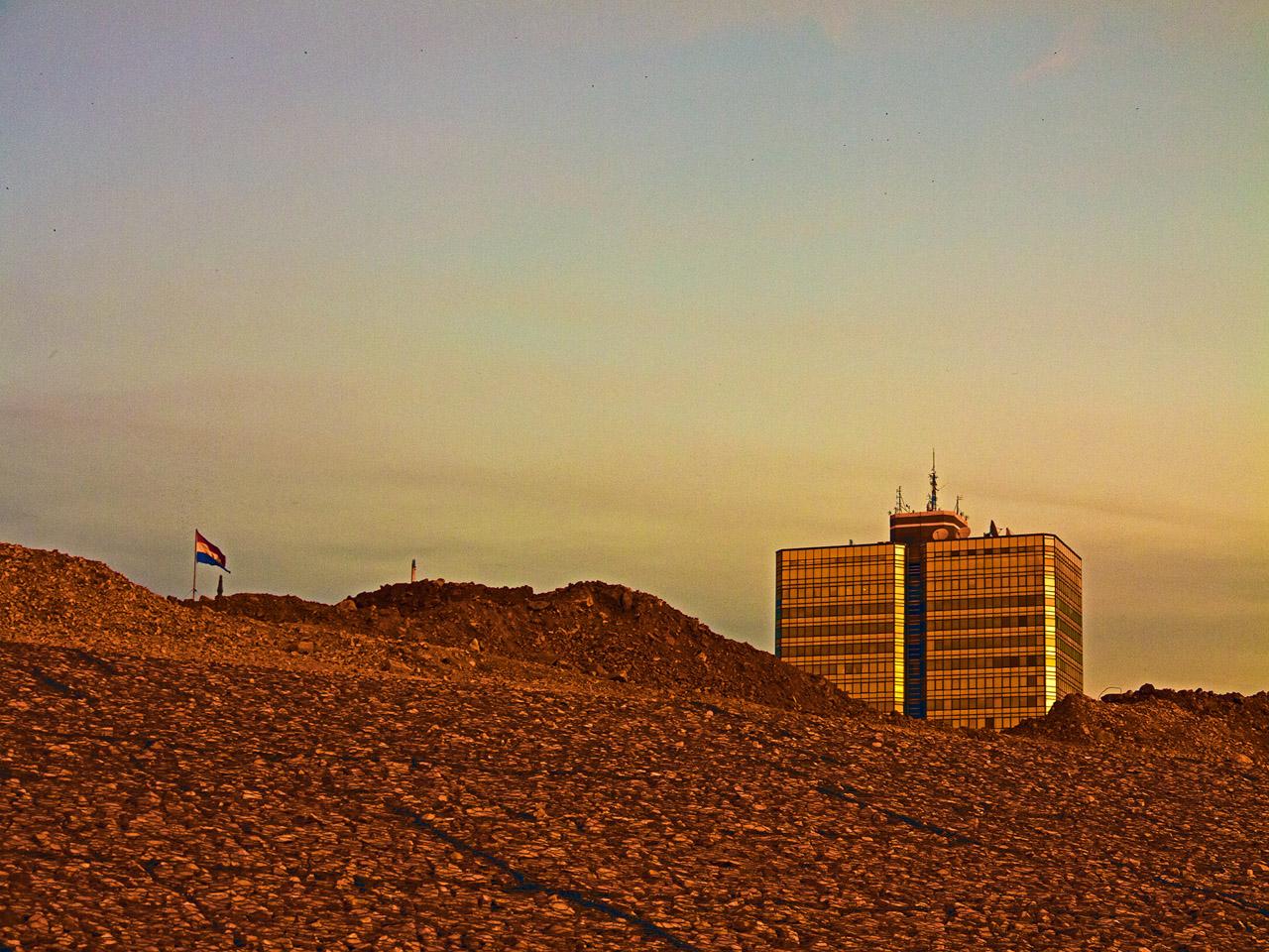 Edificio Ayfra emergiendo de la construcción de la Costanera de Asunción, año 2011.