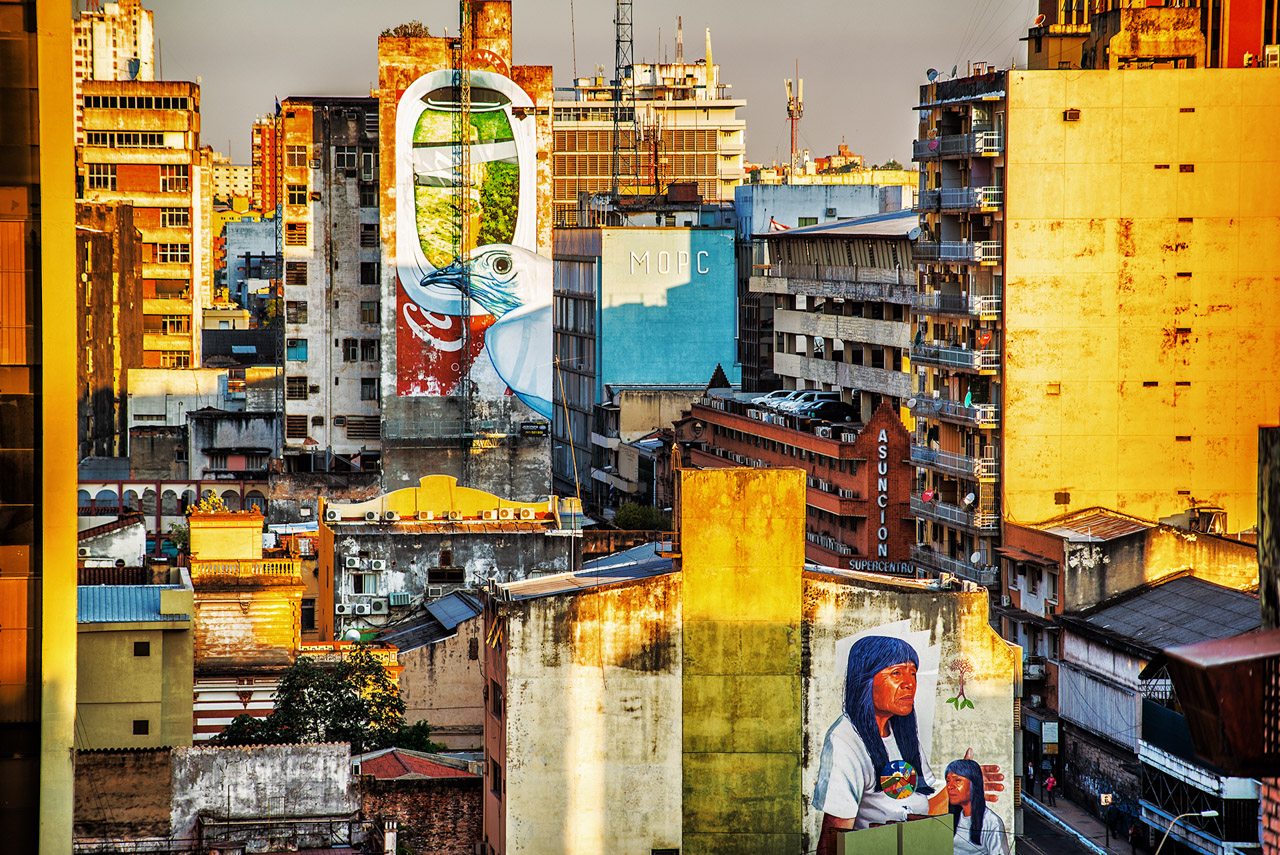 Microcentro asunceno con dos murales de Latido Americano, año 2016.