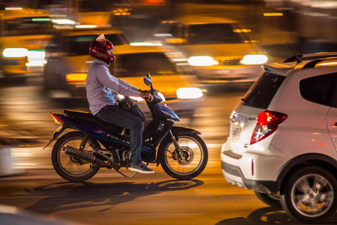 Motociclista en la avenida Eusebio Ayala.